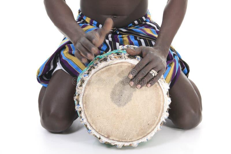 Afrikansk person med djembe på vit bakgrund fotografering för bildbyråer