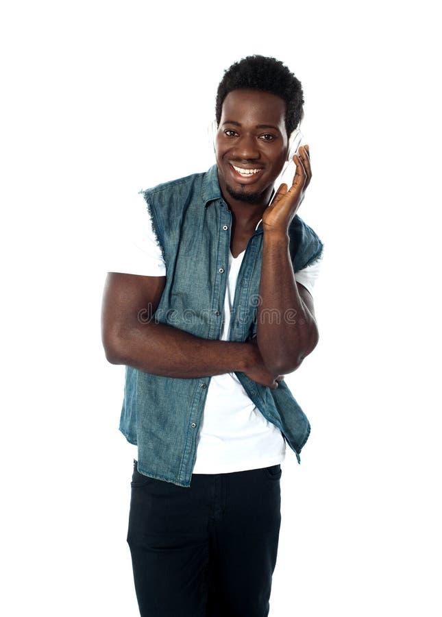 afrikansk pojke som tycker om teen musik royaltyfria bilder
