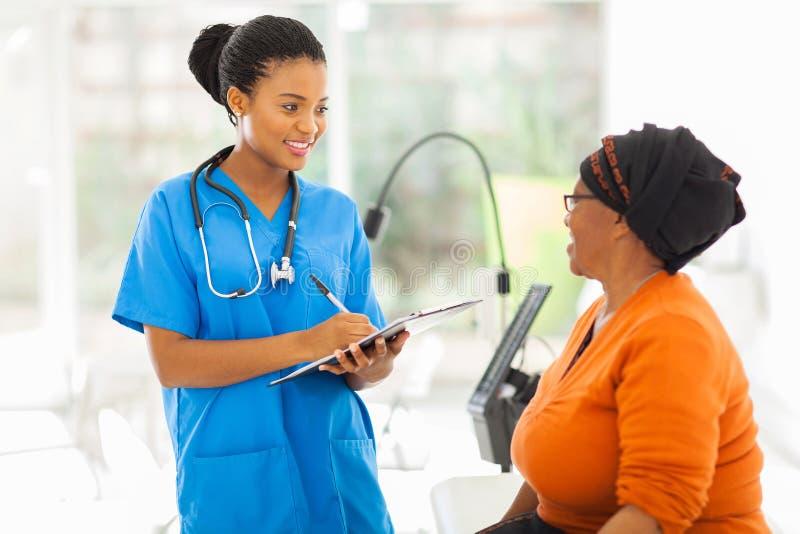 Afrikansk sjuksköterskapensionärtålmodig royaltyfria foton