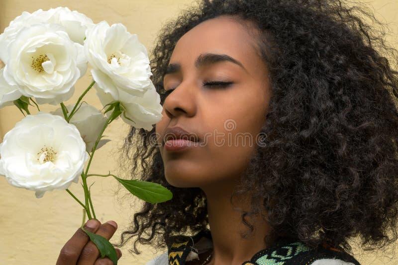 Afrikansk skönhet och rosor royaltyfri foto