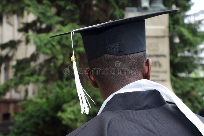 Afrikansk student i form av en universitetkandidat från behin royaltyfri foto
