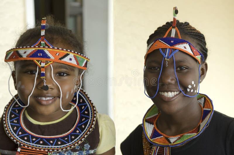 Afrikansk kvinna och barn med utöver det vanliga adornme royaltyfri bild