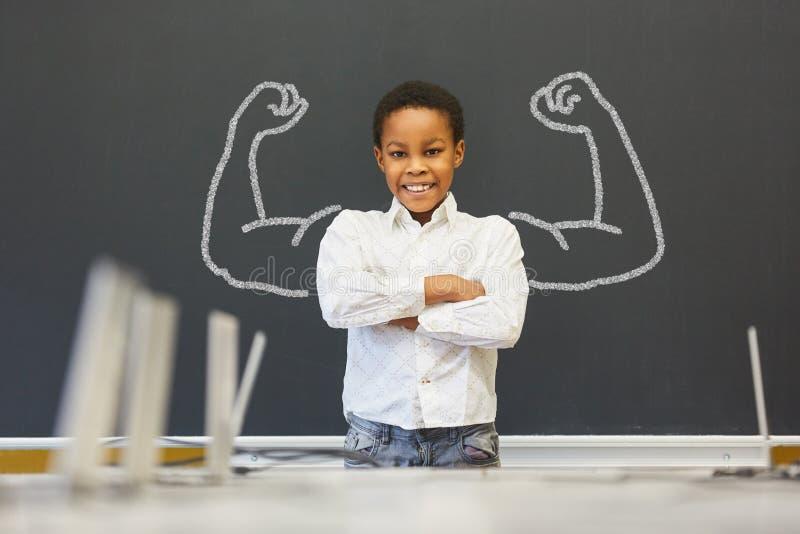 Afrikansk unge som är främst av svart tavla med muskler arkivbilder