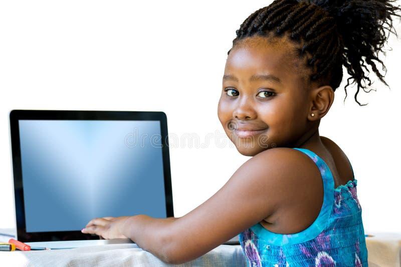 Afrikansk ungemaskinskrivning på bärbara datorn royaltyfri fotografi