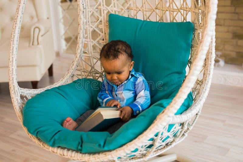 Afrikanska amerikanen behandla som ett barn pojken inomhus royaltyfria bilder