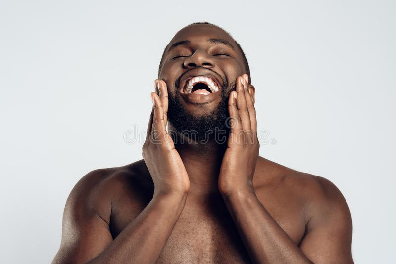 Afrikanska amerikanen som ler mannen, suddas royaltyfri bild