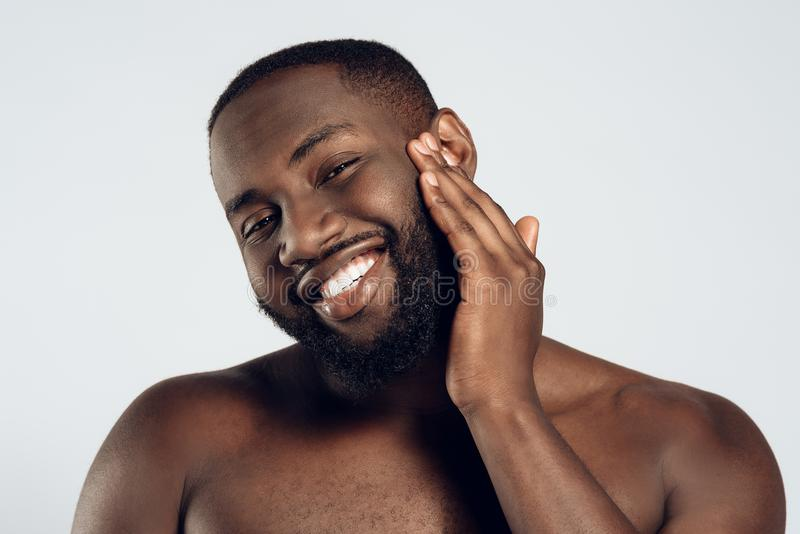 Afrikanska amerikanen som ler mannen, suddas royaltyfria bilder