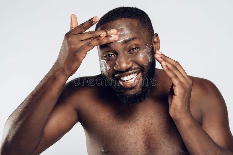 Afrikanska amerikanen som ler mannen, suddas arkivbild
