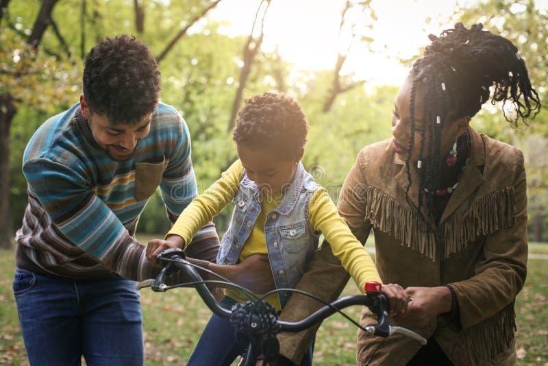 Afrikanska amerikanen uppfostrar att undervisa deras liten flicka till körning av b fotografering för bildbyråer