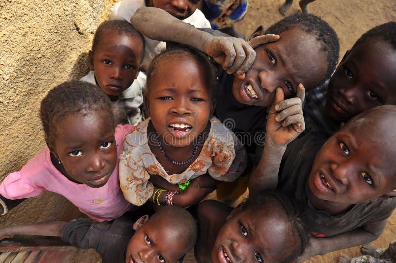 afrikanska barn grupperar att le royaltyfri bild