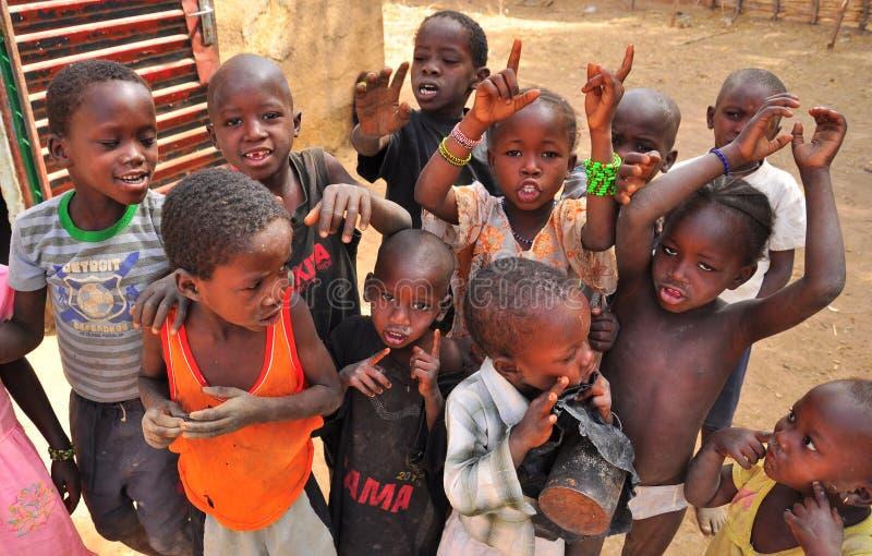 afrikanska barn grupperar att sjunga royaltyfria foton
