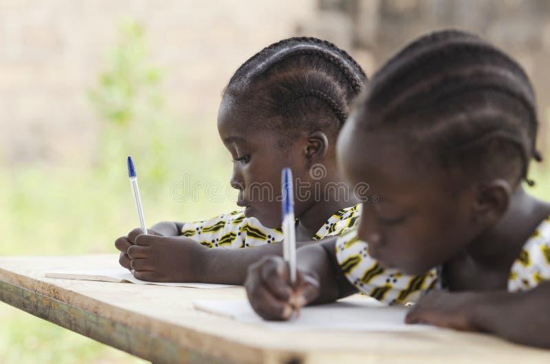 Afrikanska barn på skolan som gör läxa Afrikansk etnicitetstu arkivbild