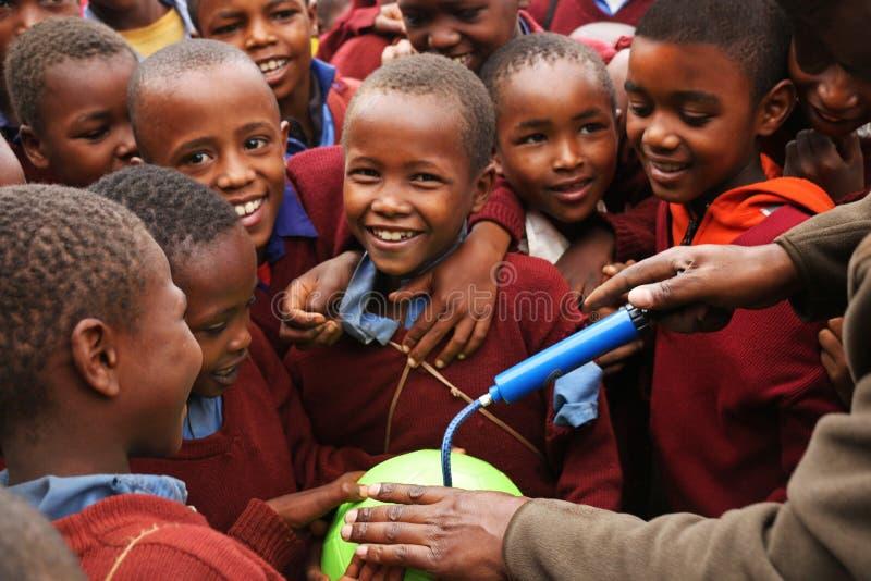 Afrikanska barn på skolan, Tanzania royaltyfria bilder