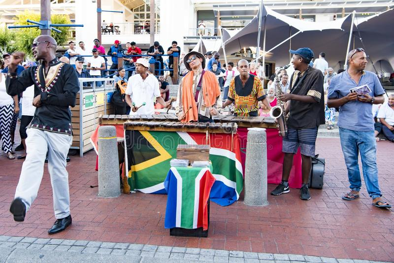 Afrikanska dansare, afrikansk musikband som sjunger och dansar royaltyfri bild