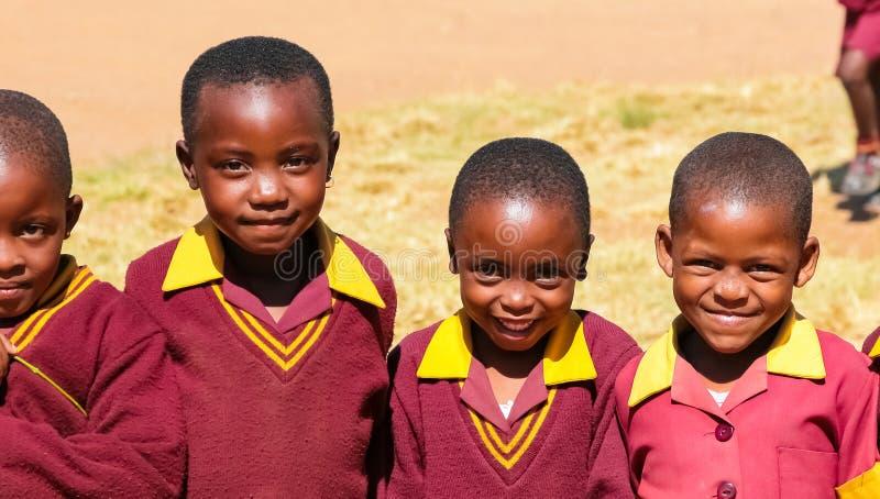 Afrikanska grundskola för barn mellan 5 och 11 årbarn på deras lunchavbrott royaltyfria bilder