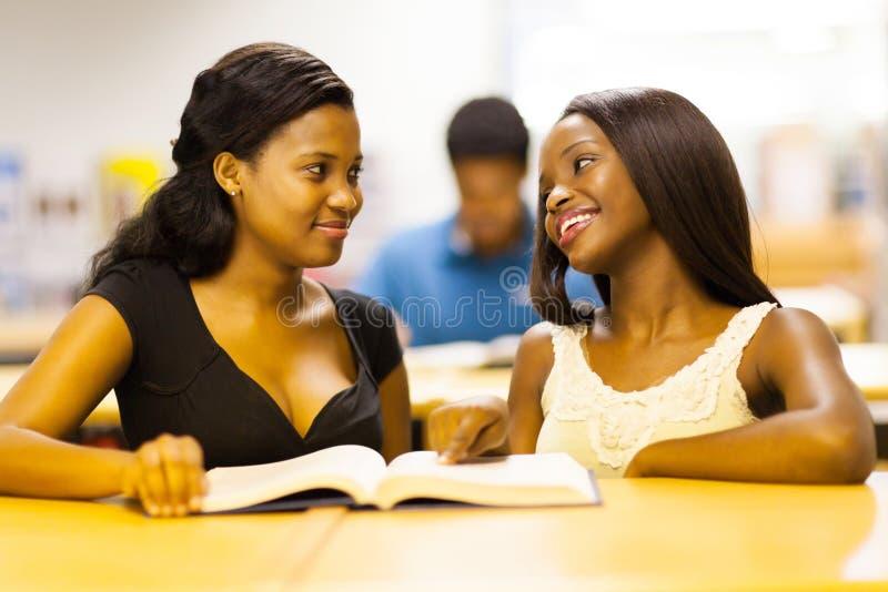 Afrikanska högskolaflickor royaltyfria foton