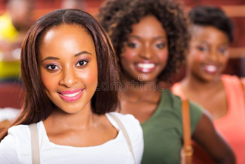 Afrikanska högskolaflickor arkivfoton