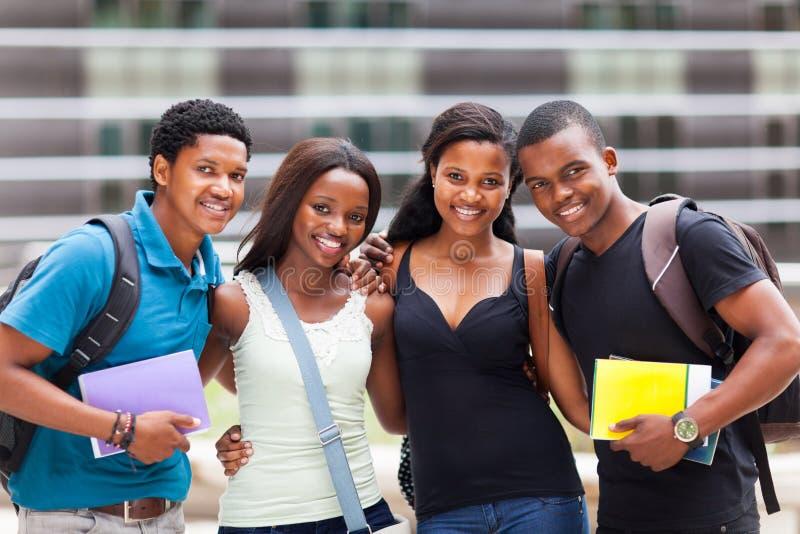 Afrikanska högskolavänner royaltyfria bilder