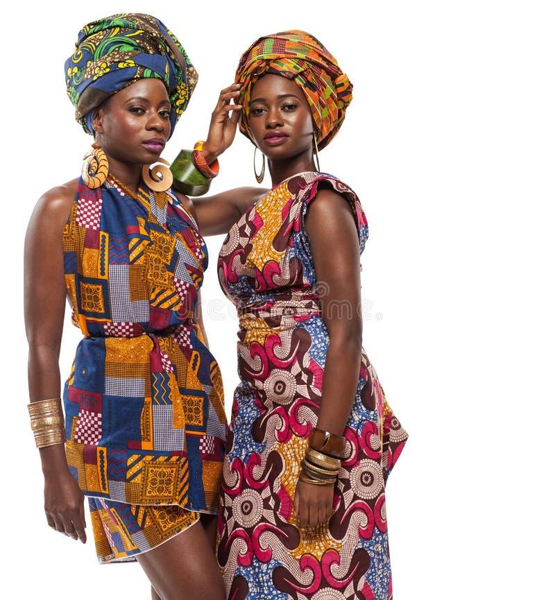 Afrikanska kvinnligmodeller som poserar i klänningar royaltyfri fotografi