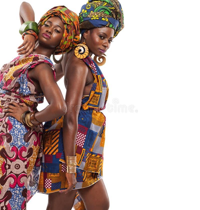 Afrikanska kvinnligmodeller som poserar i klänningar arkivfoto