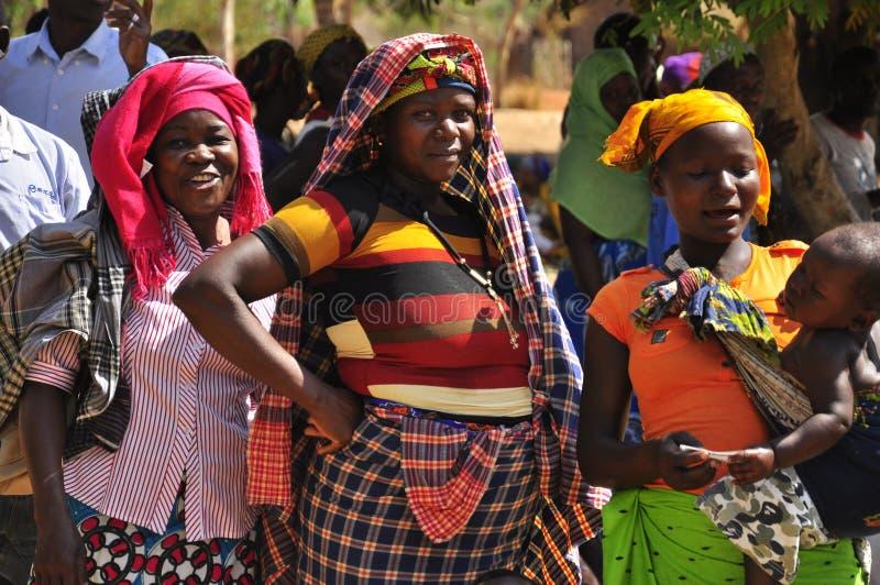Afrikanska kvinnor som väntar för att rösta i linje arkivbild