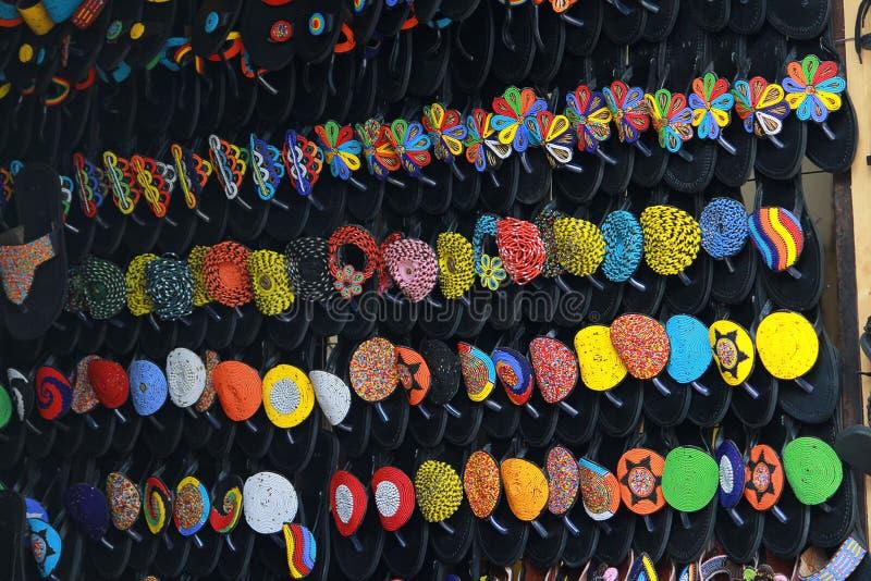 Afrikanska sandaler visade i shoppar längs en gata i Accra, Ghana arkivbilder