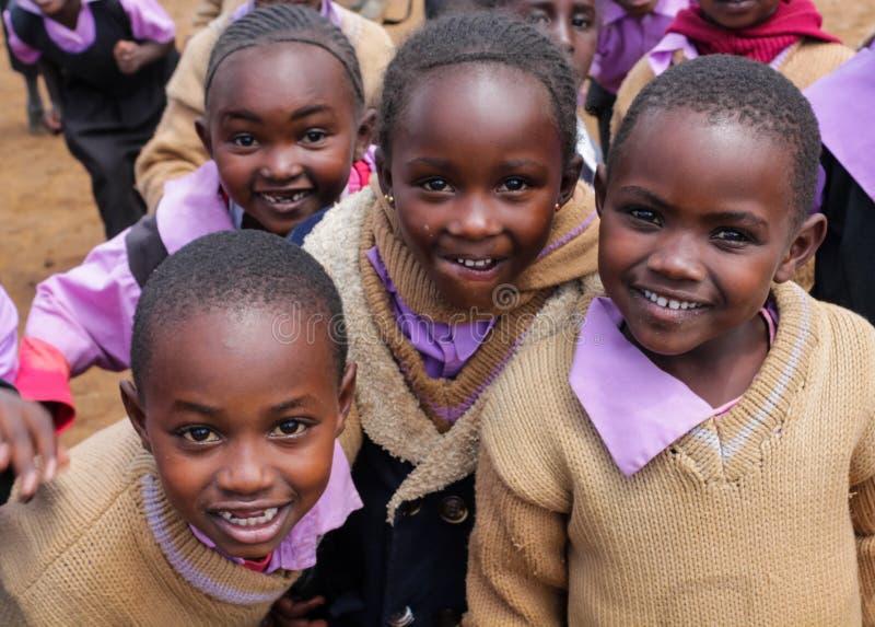 Afrikanska små barn på skolan arkivfoton