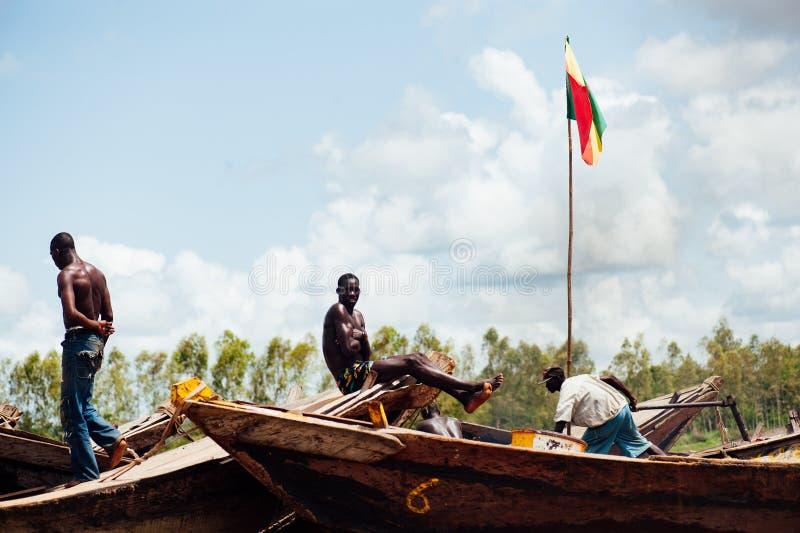 Afrikanska svarta män som fiskar på Nigeret River royaltyfri bild