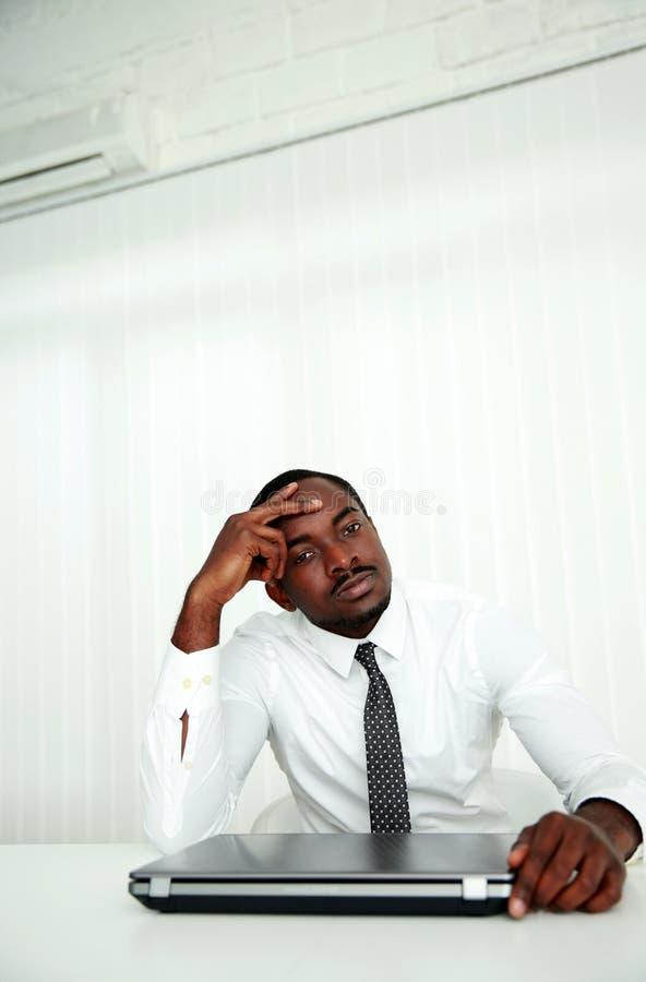 Afrikanskt affärsmansammanträde på hans arbetsplats arkivbilder