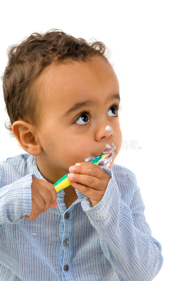 Afrikanskt barn som borstar tänder royaltyfri fotografi