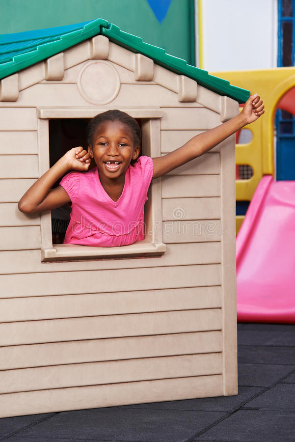 Afrikanskt barnbifall i lekstuga arkivbild