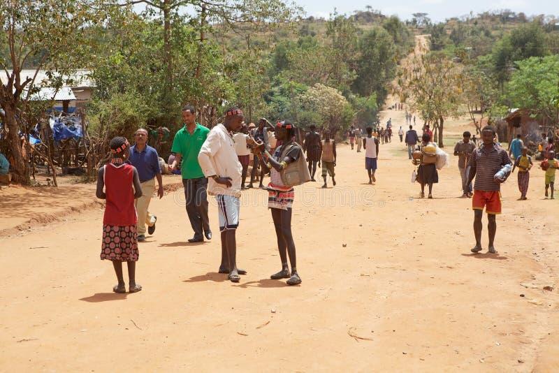 Afrikanskt folk längs vägen royaltyfri foto