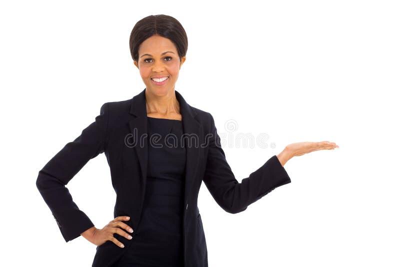 Afrikanskt framlägga för affärskvinna royaltyfri foto