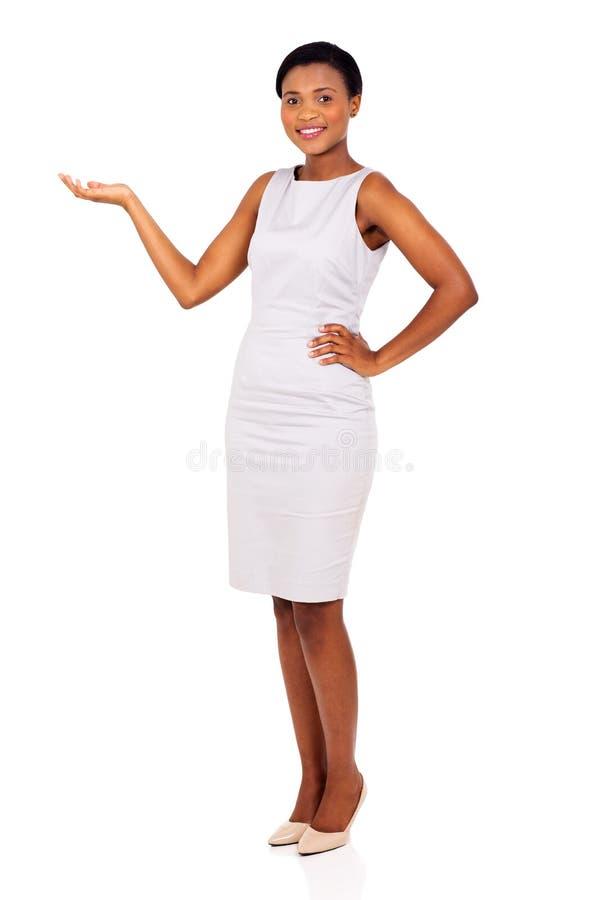 Afrikanskt framlägga för affärskvinna arkivfoton