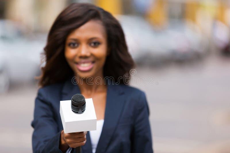 Afrikanskt intervjua för journalist royaltyfri fotografi