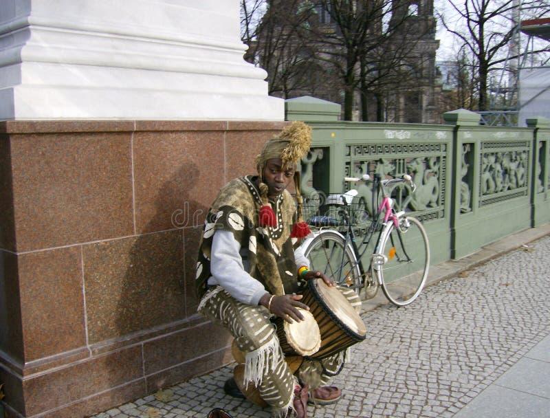 Afrikanskt sjunga på gatan arkivfoto