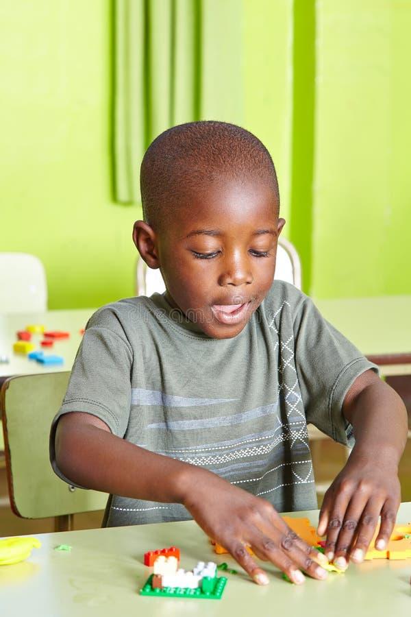 Afrikanskt spela för barn arkivbilder