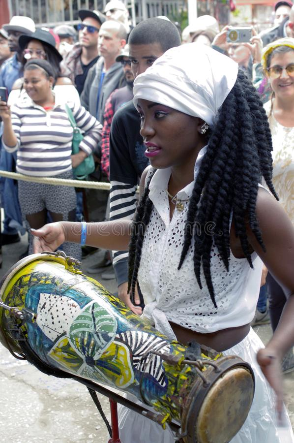 Afro-κουβανικός θηλυκός τυμπανιστής στοκ φωτογραφίες με δικαίωμα ελεύθερης χρήσης