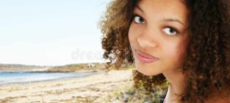 Afro-américain de l'adolescence à la plage photos libres de droits