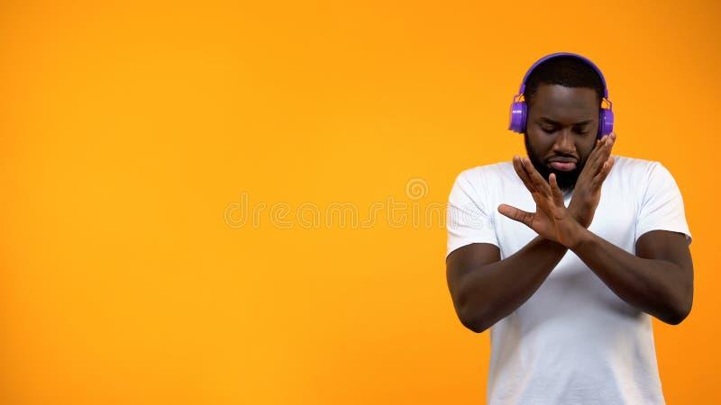 Afro-Am?ricain DJ dans la danse d'?couteur d'isolement sur le fond jaune, calibre photographie stock