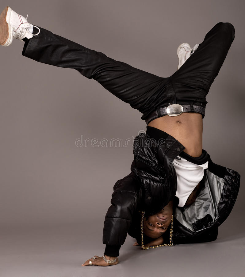 Afro-américain faisant la danse de rupture photos stock
