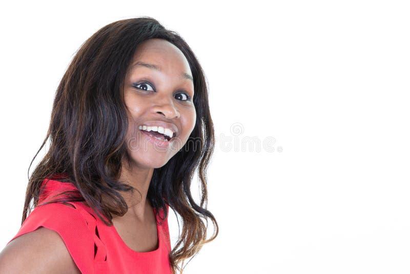 Afro-américain riant de femme souriant sur l'espace latéral de copie de fond blanc image stock