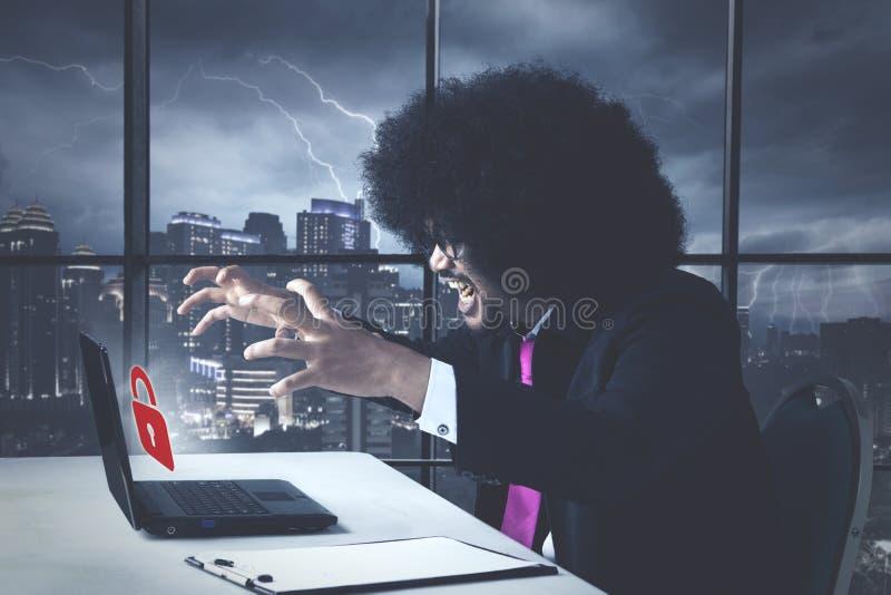 Afro-americano irritado do negócio com mensagem de erro da senha imagens de stock