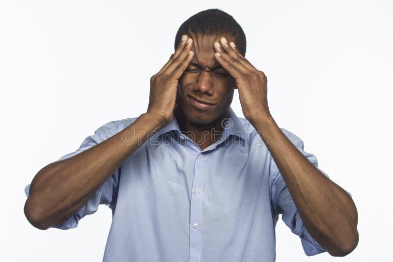 Afro-americano novo com a dor de cabeça, horizontal imagem de stock royalty free