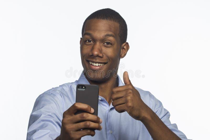Afro-americano novo que toma uma imagem com o smartphone, horizontal foto de stock royalty free