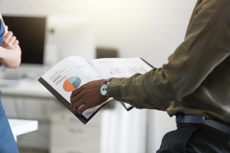 Afro Amerikaan bemant handen houdend document in een bureau royalty-vrije stock afbeeldingen