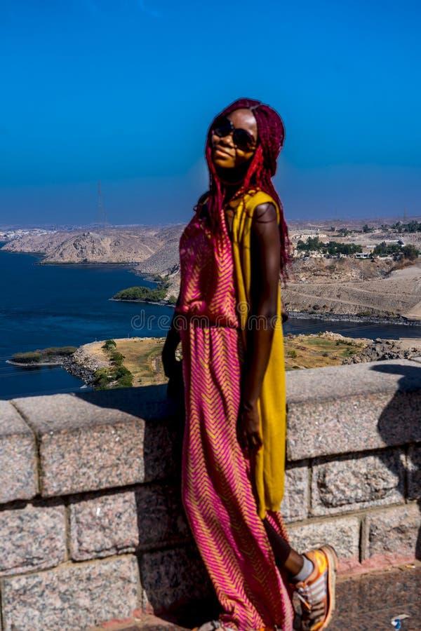 Afro-Amerikaan uit Chicago stelt zich op Aswan Dam, Egypte royalty-vrije stock afbeelding
