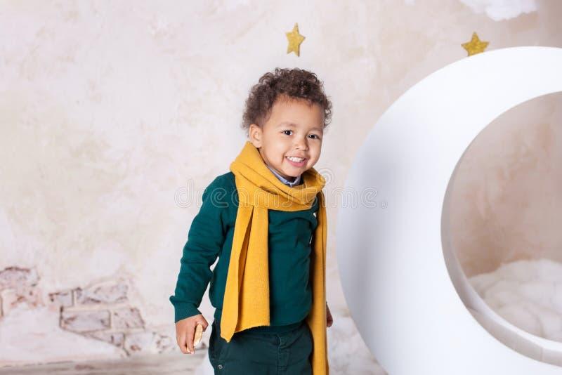 Afro-Amerikaans close-upportret van het gezicht van een zwarte jongen, De kleine zwarte jongen glimlacht Leuke baby, baby in het  royalty-vrije stock foto