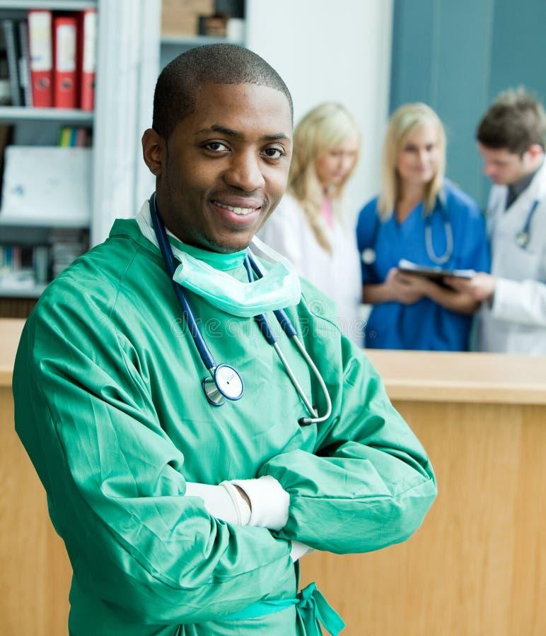 Afro-Amerikaanse chirurg in het ziekenhuis stock fotografie