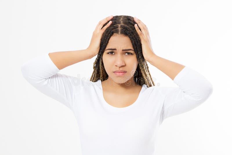 Afro Amerikaanse die vrouw met een hoofdpijn op witte achtergrond wordt ge?soleerd stock fotografie